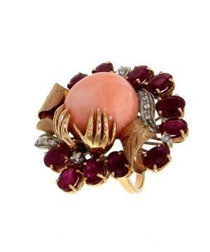 Anello con corallo rubini e diamanti