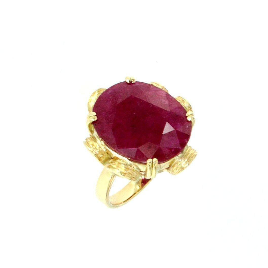 Anello con gemma di rubino taglio fancy