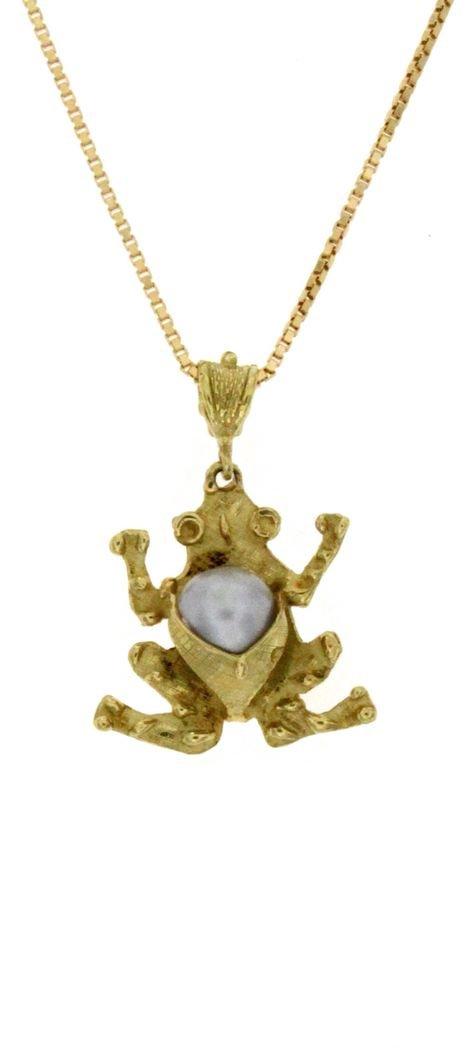 Ciondolo in oro con figura di rana e una perla coltivata di mare naturale