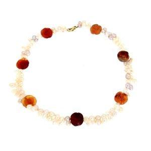 Collana di corniola incisa e perle