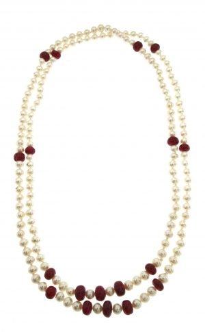 Collana di perle coltivate in acqua dolce con inserti di boules di rubino