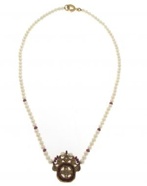Collana di perle coltivate nucleate con ciondolo di rubini diamanti