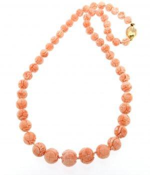 Collana in corallo rosa inciso