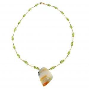 Collana in oro e peridoto con opale pendente