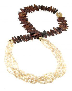 Collana lunga a piu'fili di perle