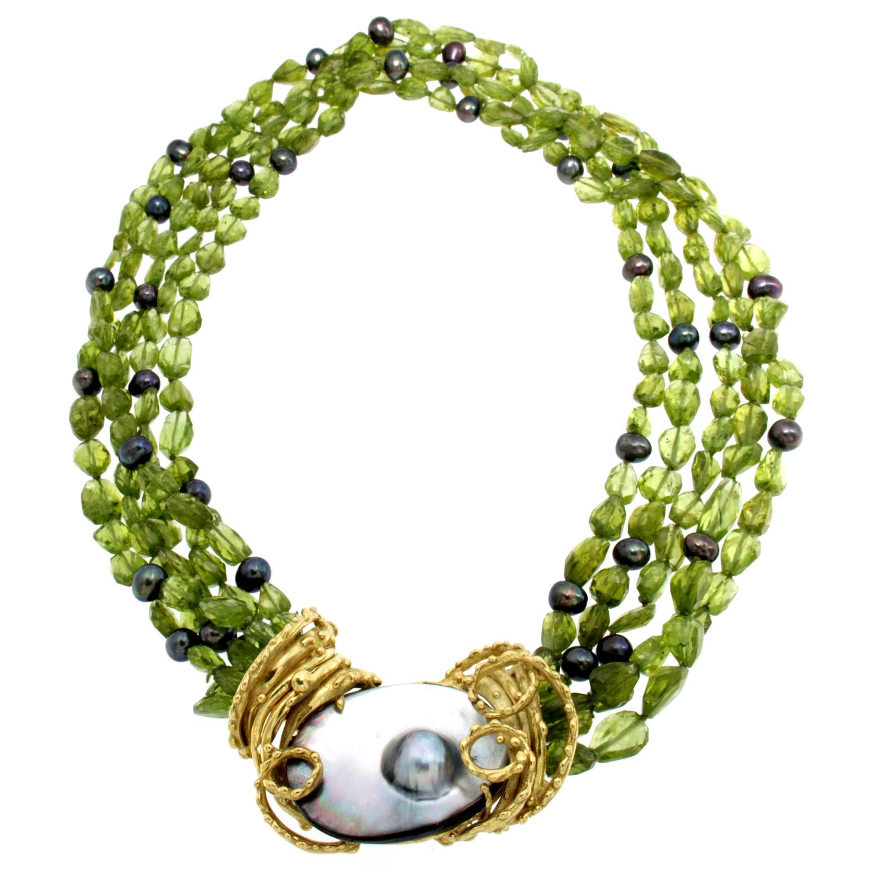 Collana torchon di peridoto naturale e perle di lago grigie con centrale di madreperla e perle grigie naturali