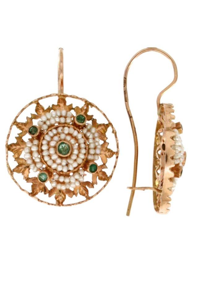 Orecchini pendenti con microperle di mare cucite a mano e smeraldi naturali