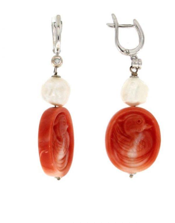 Orecchini pendenti in oro bianco con perle e corallo naturale inciso e diamante