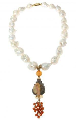 Collana corta in perle barocche e pendente in opale inciso
