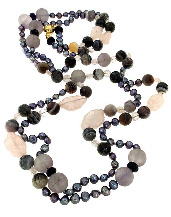 Collana lunga di perle e pietre dure